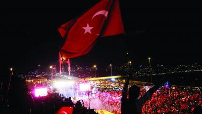 Fetullahçı Terör Örgütü'nün (FETÖ) darbe girişimine karşı Kısıklı'daki Millet Parkı'nda toplanan vatandaşlar ve STK'lar ellerindeki meşalelerle Boğaziçi Köprüsü'ne geldi. ( Elif Öztürk - Anadolu Ajansı )