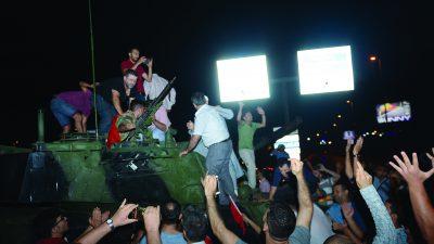 İstanbul'da Atatürk Havalimanı girişinde askeri kalkışmaya tepkiler gösteren vatandaşlar, tankların üzerine çıktı. ( Abdullah Coşkun - Anadolu Ajansı )