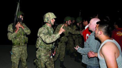 TRT'de darbe girişiminde bulunan bölücü terör örgütü FETÖ/PDY mensupları püskürtüldü.  ( Cem Özdel - Anadolu Ajansı )