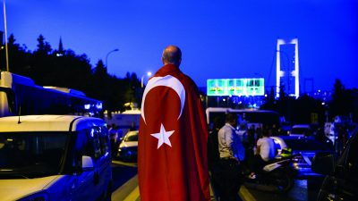 İstanbul ve Ankara'da FETÖ'den darbe girişimine ilişkin Boğaziçi Köprüsü'nde askerin ve vatandaşların bekleyişi devam ederken zaman zaman silah sesleri duyuluyor. ( Arif Hüdaverdi Yaman - Anadolu Ajansı )