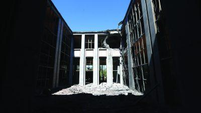 FETÖ'nün darbe girişiminde hedef alınan TBMM'de büyük hasar meydana geldi. Patlamaların etkisiyle Meclis binasının bazı yerlerinde tavan çökmeleri meydana geldi, kapılar, camlar ve çerçeveler kırıldı.  ( Evrim Aydın - Anadolu Ajansı )